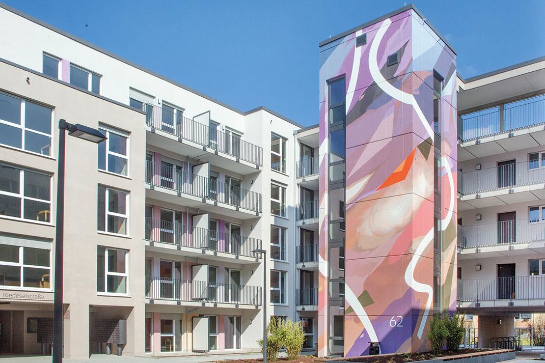 Innenbereich und Aussenbereich des Studierendenwohnheims Riedeselstrasse re_st. Beton und Farbe Gestaltung im öffentlichen Raum. Bautenschutz und Gestaltung.