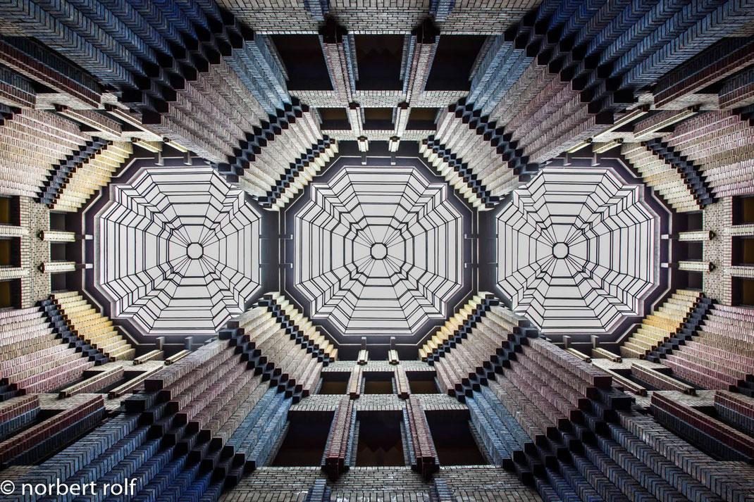 das technische verwaltungsgebäude der hochst-ag von Peter Behrens. das bauwerk wurde 1925 errichtet. die eingangshalle gilt als eine der schönsten innenräume mit farbiger klinkergestaltung und den glasoberlichtern in kristalliner form.