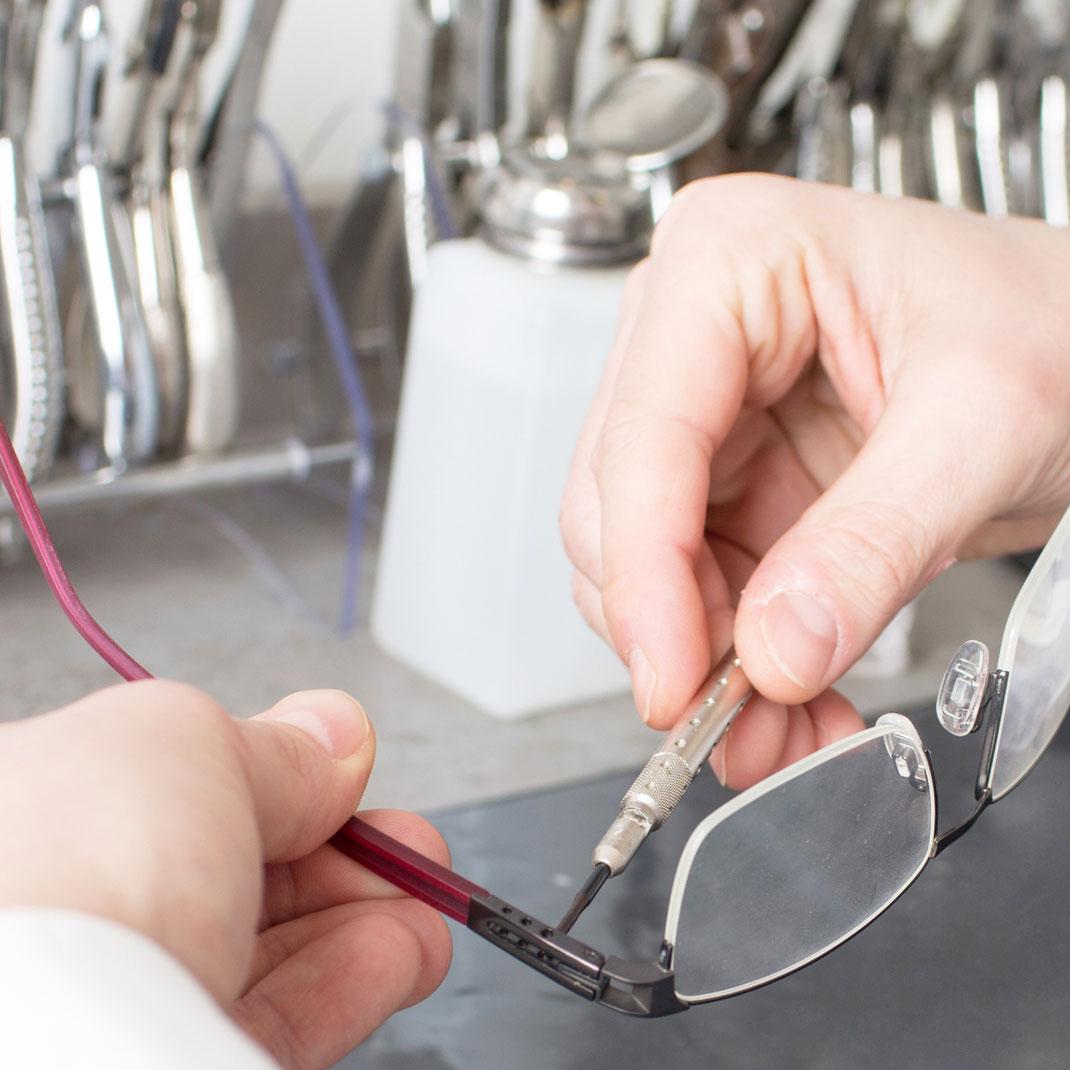 Brille richten lassen und anpassen lassen in Berlin Schmargendorf bei Optiker Lieblingsbrille Augenoptik