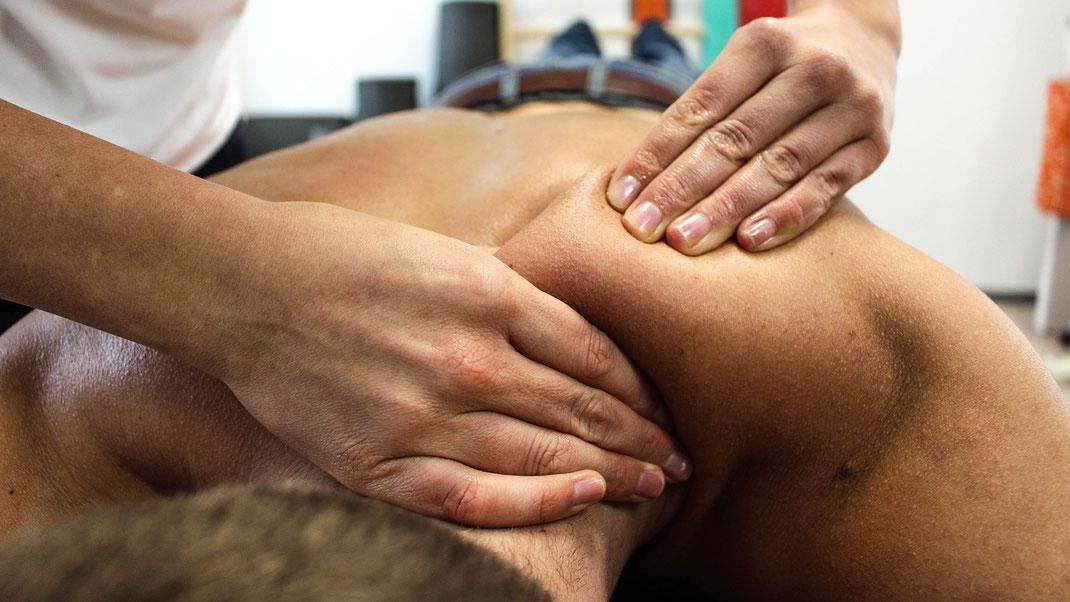 Die Rückenmassage löst Energieblockaden