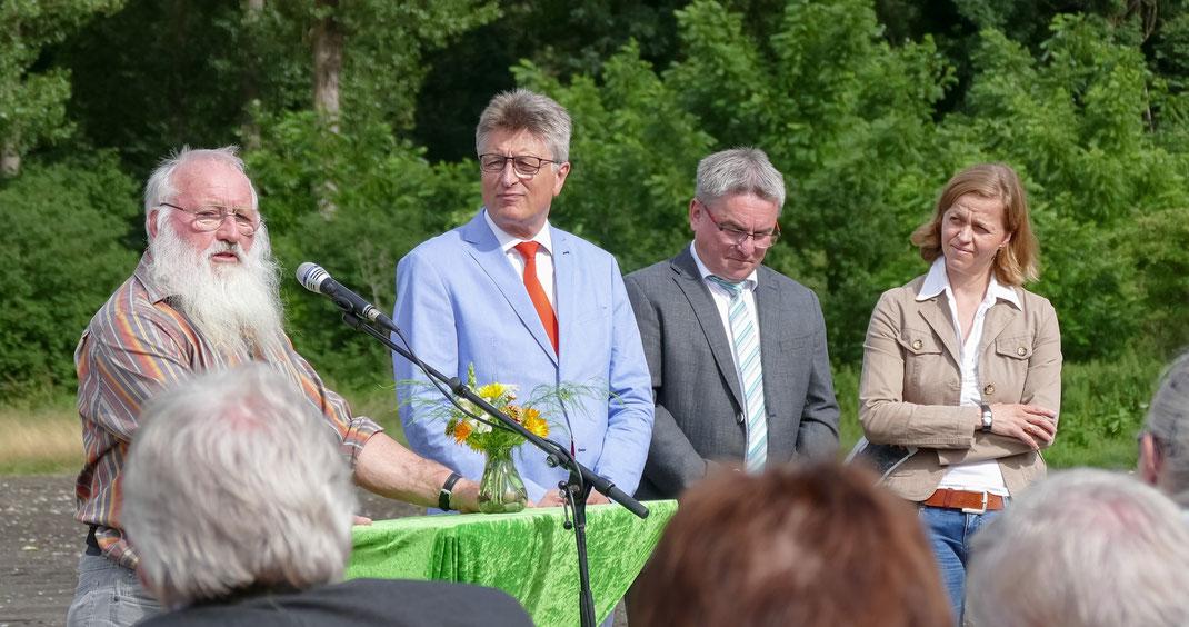 Prof. Peter Berthold anlässlich seiner Eröffnungsrede vor Prominenz aus Politik, Vogel- und Naturschutz (Foto: A. Reich)