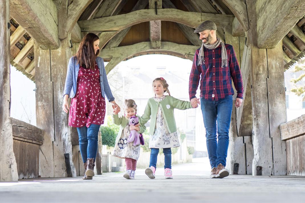 Familien-Fotoshooting, Holzbrücke im Schloss Zwingen