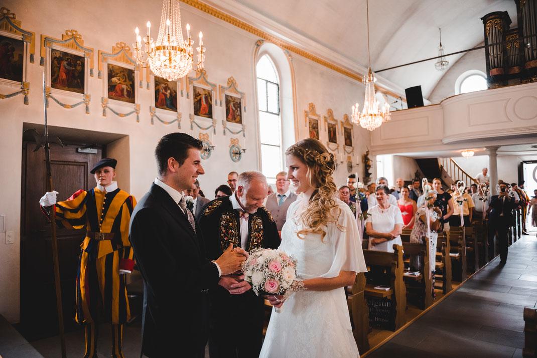 Vater übergibt Braut
