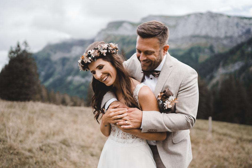 Glückliches Brautpaar in den Bergen
