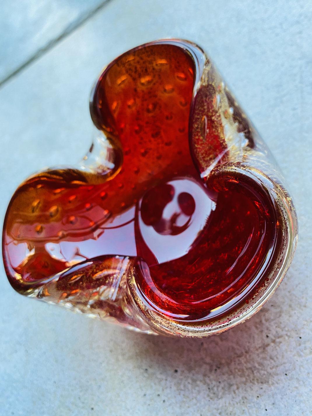 Klassischer Aschenbecher/ Ablage aus rotem Muranoglas mit eingelassenem Goldstaub und Luftbläschen Barovier & Toso, 1960er Jahre, ca 14x14x6 cm.  Wunderschöne Lichteffekte und ein wunderschöner Klassiker.