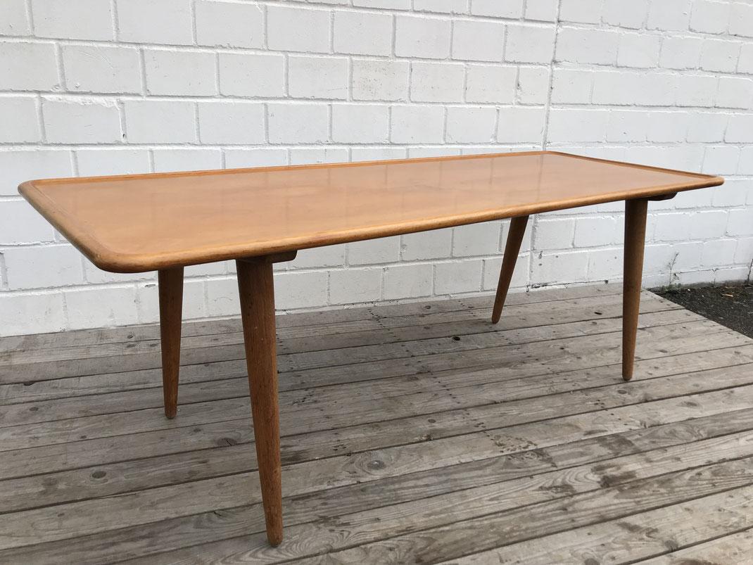 Brauner Teakholztisch auf vier herausschraubbaren Beinen. Entworfen von Hans J. Wegner, hergestellt von Anders Tuck aus Dänemark. 150 cm lang.