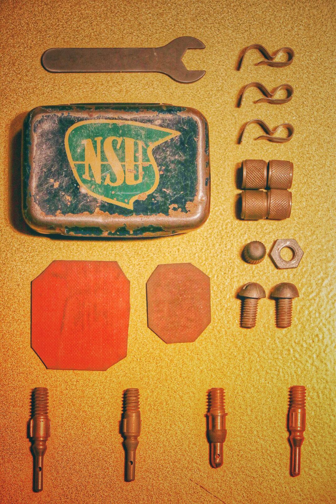 NSU Fahrraddose Pannenset mit blauem Logo mit Ventilen, Schrauben, Flickzeug und Werkzeug. Collage Gallery Vintage Interior & Classic Design Speyer