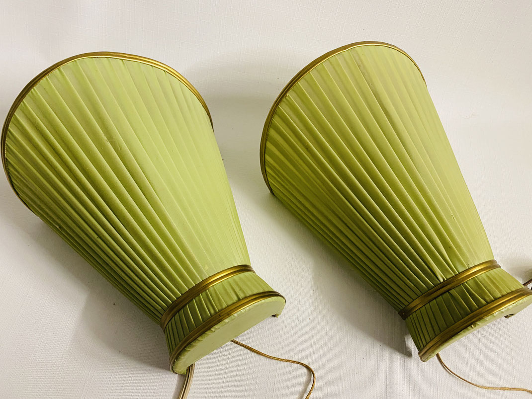 Tolles Wandlampenpaar aus grünem Stoff aus den 1950er Jahren Fundzustand, Zugschalter, 18 cm hoch, ca 15 cm breit, Goldkanten.