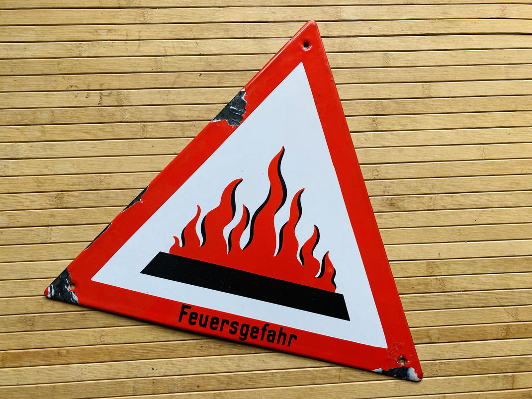"""Emailleschild """"Feuersgefahr"""" Warnschild ca 37x37x37 cm Außergewöhnliche Flammengrafik, Gebrauchsspuren."""
