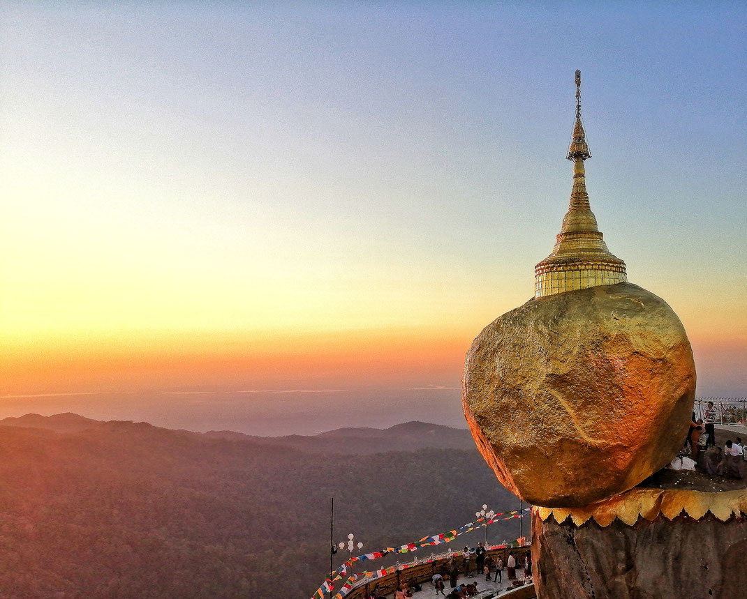GOLDEN ROCK BURMA MYANMAR WWW.FREISCHWINGEN.DE  Ziel des Energetischen Feng Shui ist es die gebundene und blockierte Lebensenergie in Fahrt zu bringen, Blockaden zu lösen und Yin und Yang auszugleichen. Die äussere Ordnung beeinflusst die Innere.
