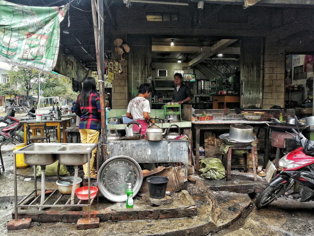 RESTAURANTKÜCHE IN MANDALAY BURMA MYANMAR _ WWW.FREISCHWINGEN.DE  Wohnen beeinflusst Stimmung und Gesundheit, da heisst es mit Elan und Kompetenz in die Veränderung und Verschönerung aufzubrechen. Harmonie Farbe Gestaltung Freischwingen Lieblingsplätze