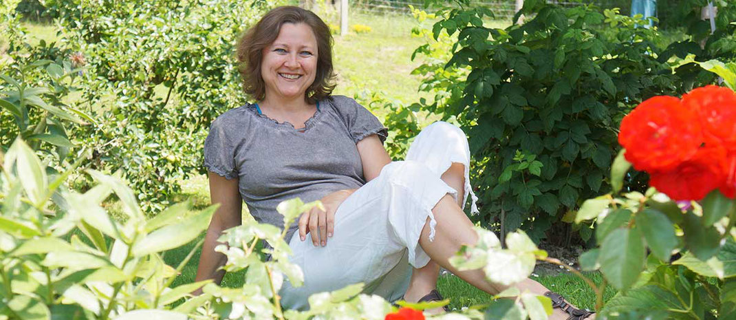 Andrea Pretterhofer im eigenen Garten sitzend