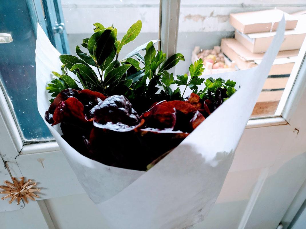 D.I.Y. Blumenstrauss zum Essen, essbarer Blumenstrauss, Strauss aus Salat und Kräutern schenken