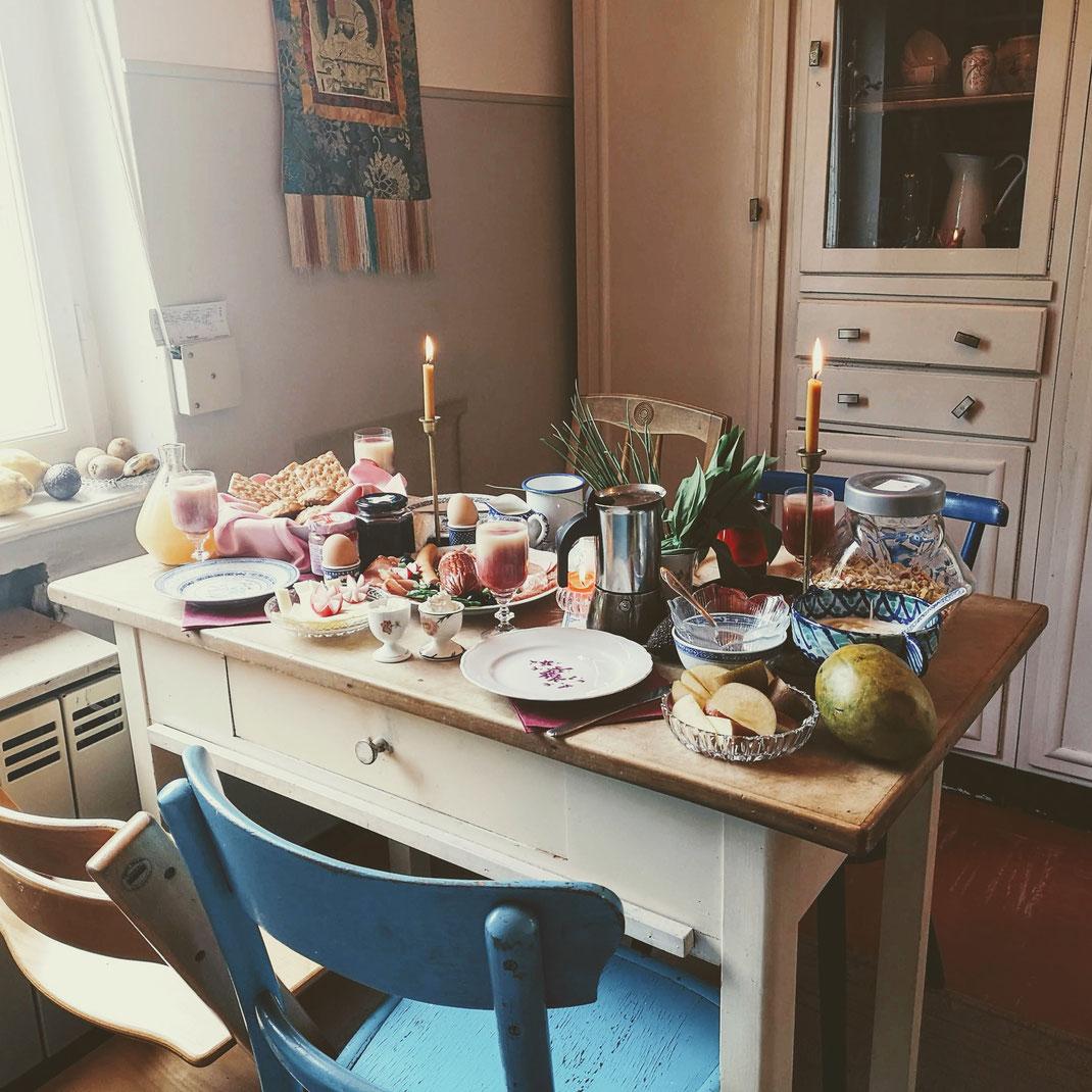 Sonntagsrituale, Rituale, Familienzeit, Familiensonntag, Gemeinschaft, Zeit mit der Familie, Frühstück, Frühstückstisch, gedeckter Tisch, Sonntag, Familienfest, Einladen, Gäste