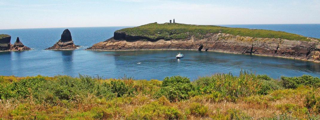 Islas Columbretes. Vista de Puerto Tofiño (Illa Grossa) y a la izquierda El Mascarat y Mancolliure. © V. Sancho 2010