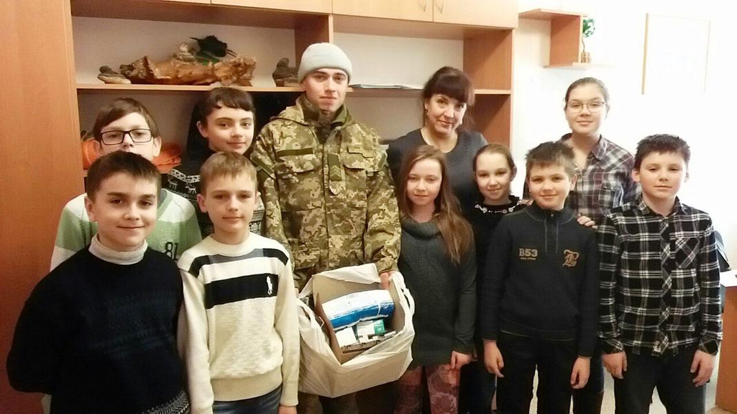 На фото боєць Данил Верещака , випускник ліцею, і п'ятикласники