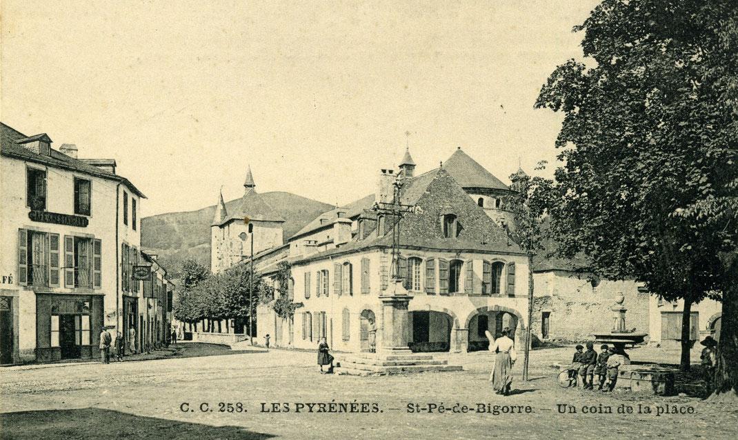 La place de Saint-Pé-de-Bigorre en 1900.
