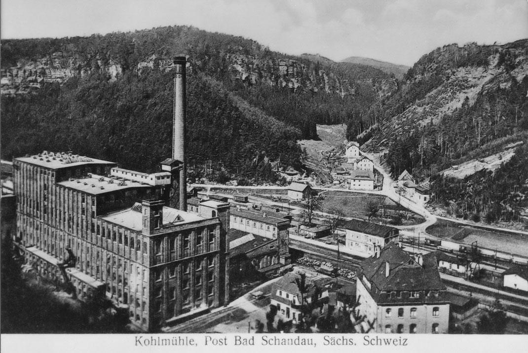 Blick auf die Keffel Werke Kohlmühle mit Bahnhof und Ort um 1920. Postkarte, Verlag R. Trzaska, Hertigswalde, Repro B. Hauptvogel, Sammlung A. Förster