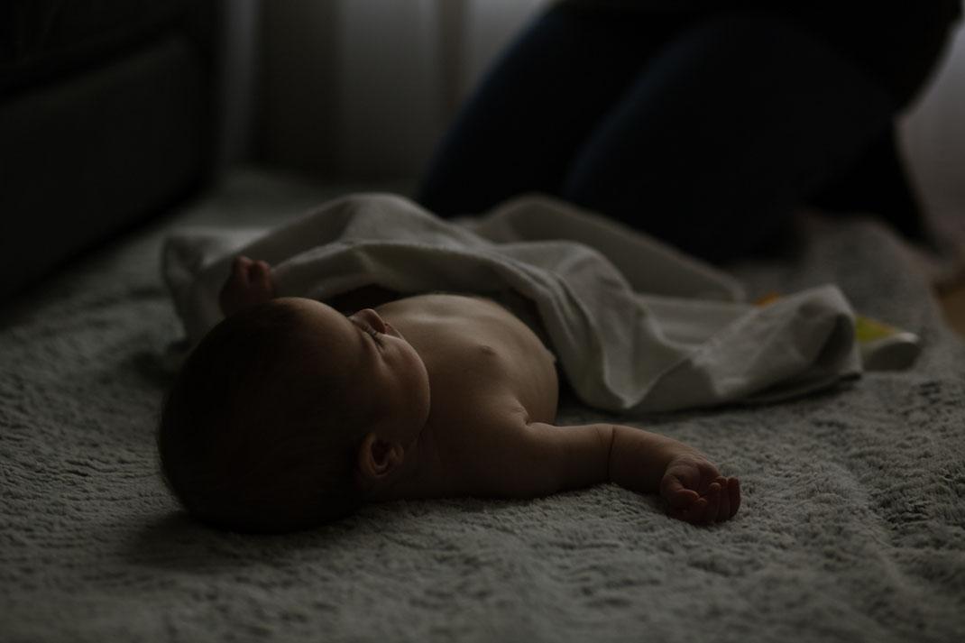 bébé se prépare pour séance massage post-natal avec Carole Marchand, photographe yvelines