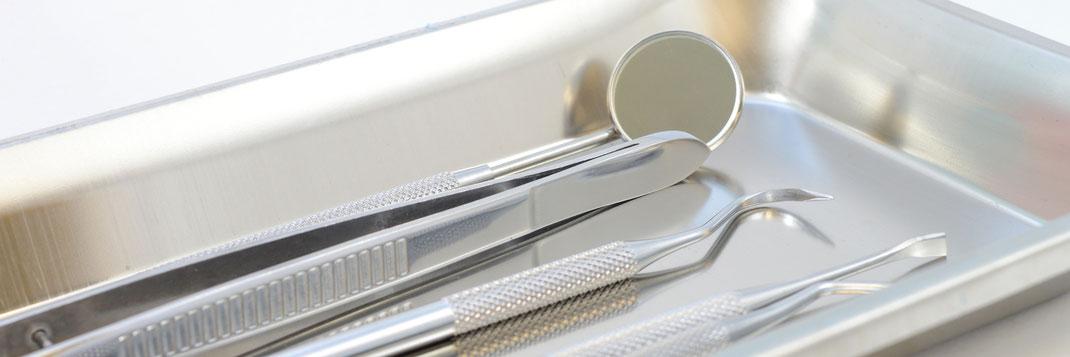 Die Zahnärzte, die der SSO Luzern angeschlossen sind, arbeiten nach dem neusten Stand! Zahnarztbesteck. ©Matthew Benoit - stock.adobe.com