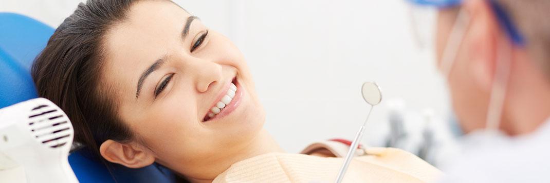 Für die SSO Luzern sind zufriedene Kunden wichtig! Junge Frau mit strahlendem Lächeln. ©www.freepik.com. Designed by Pressfoto / Freepik