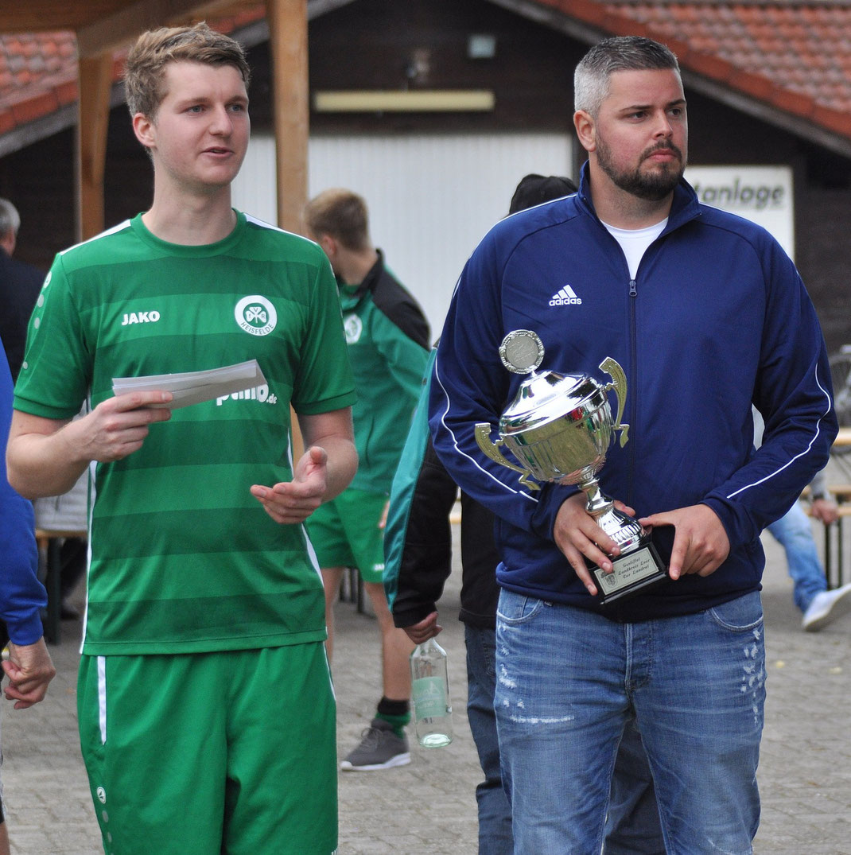 Die Turnier-Organisatoren Helge Schmidt (VfR Heisfelde) und Kai Buttjer (Borussia Leer).