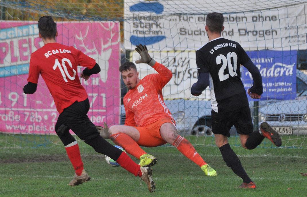Borussia-Torhüter Kevin Tooren verhinderte eine noch höhere Niederlage. Hier rettet er in höchster Not gegen Silas Eickershoff.