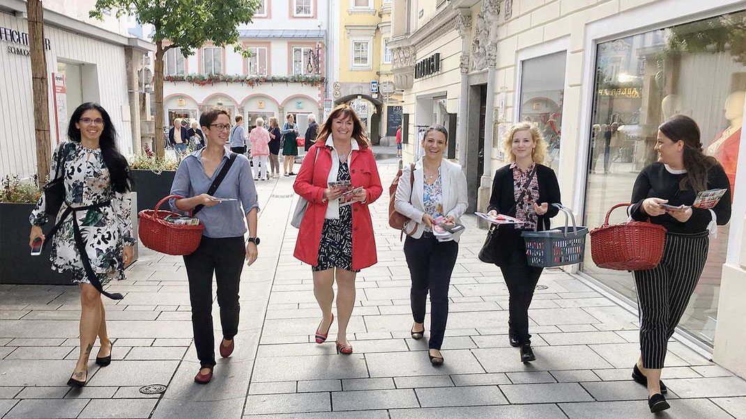 Nach dem Frauenfrühstück ging es mit einer Verteilaktion in der Welser Innenstadt weiter.