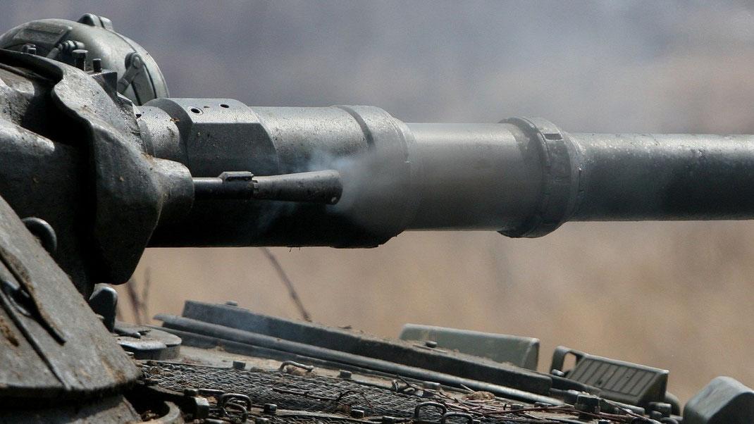 Gros plan sur la mitrailleuse coaxiale en phase de tir