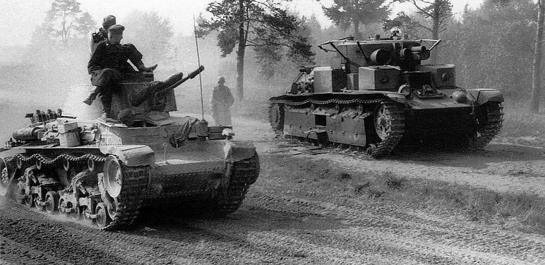 Un équipage de Panzer 35 (t) dépasse un T-28 abandonné et comme souvent victime d'une panne mécanique