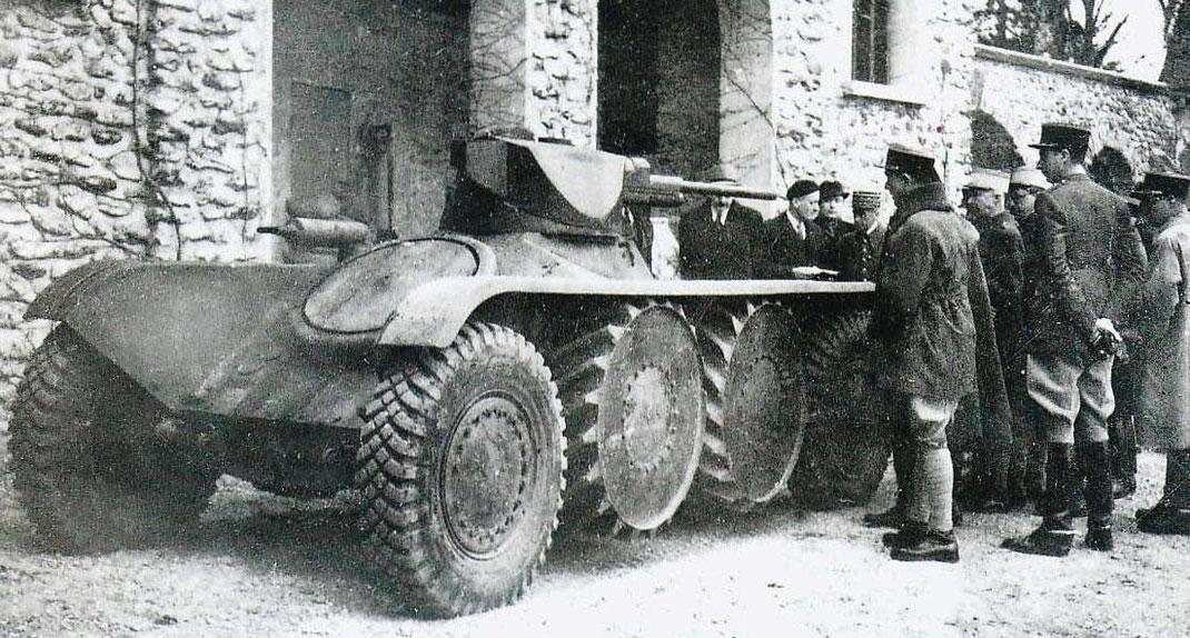 Le Type 201 et sa tourelle oscillante suscite la curiosité de l'état-major français