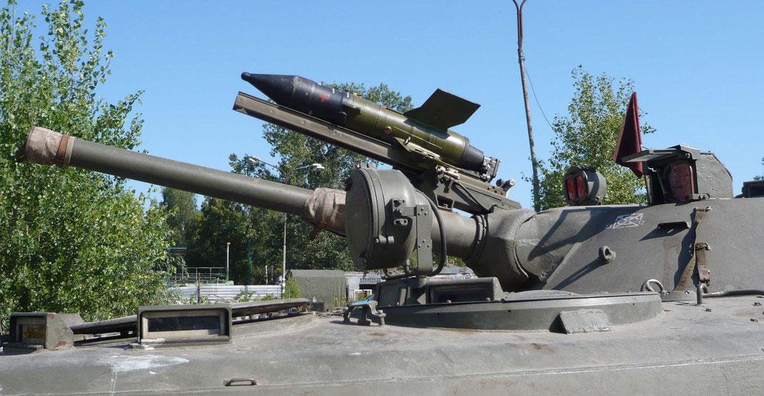Fixée au dessus du canon, une rampe permet le tir de missile antichar