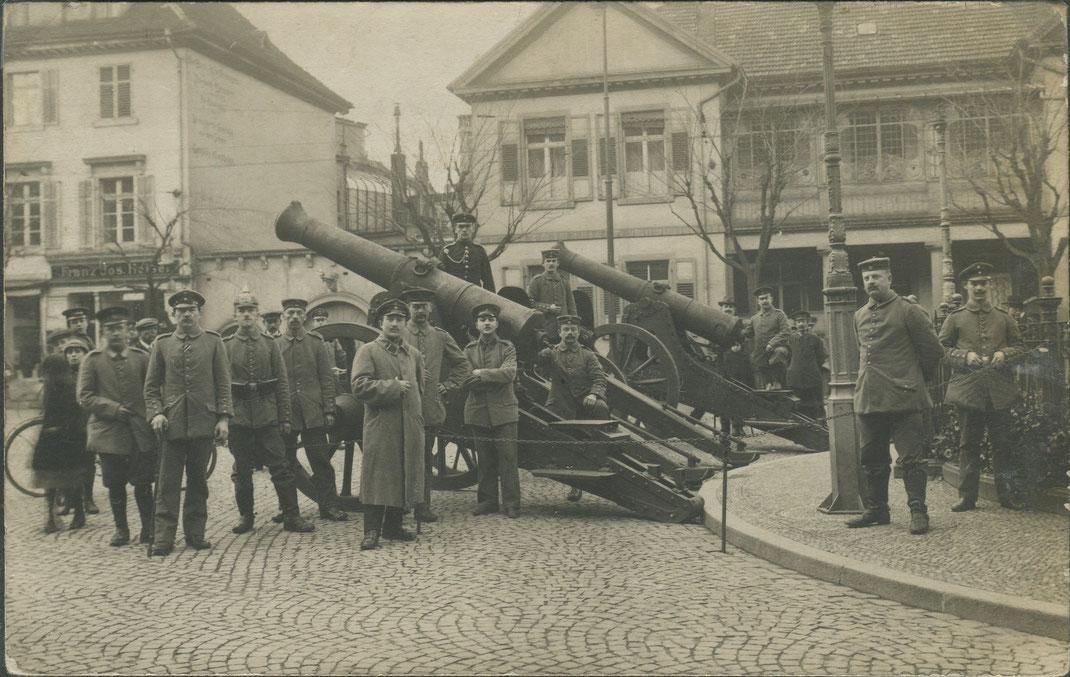 Eroberte Geschütze (Bild: Archiv Oehler)