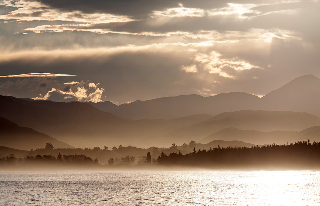 Misty and foggy Kaikoura Coast with mountains in beautiful golden light, Southern Island, New Zealand, 1280x823px