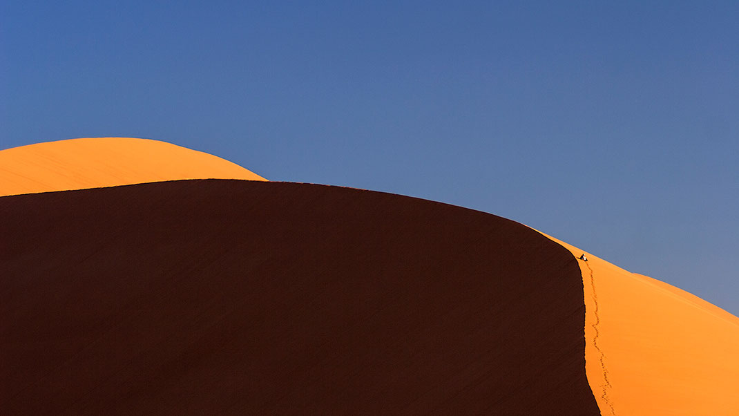 Sand dune and visitor enjoying the view, Sossusvlei, Namib Desert, Namib Naukluft Park, Namibia, 1280x720px