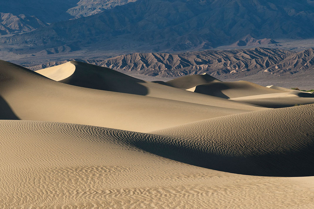 Beautiful layers of golden sand dunes, Stovepipe Wells, Death Valley National Park, California USA, 1280x853px
