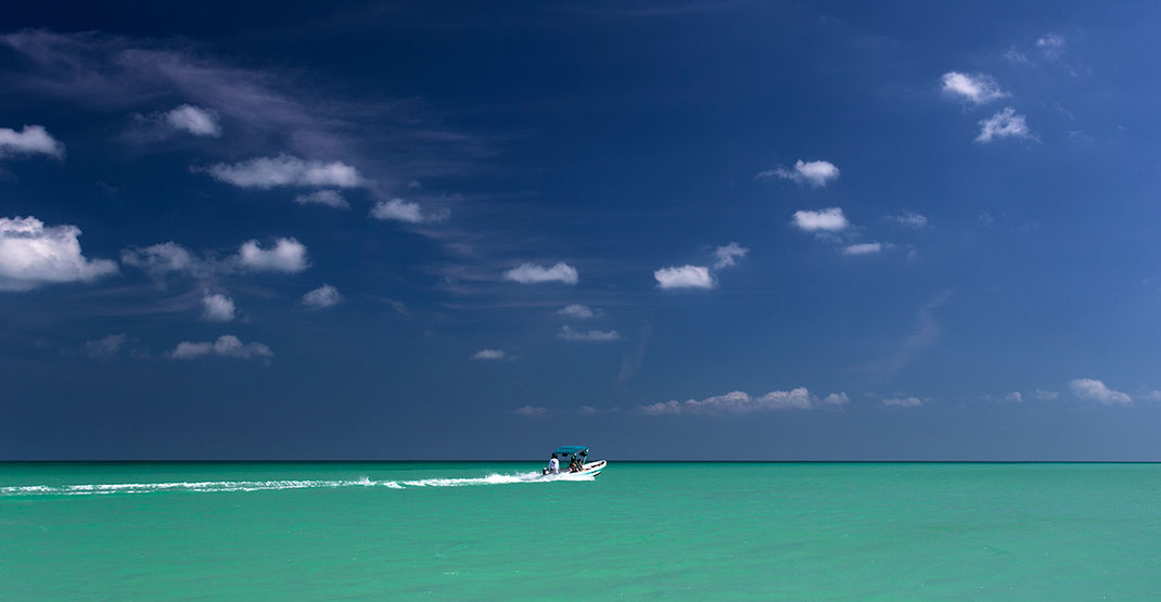 A boat in amazing turquoise water in the Caribbean Sea, Yucatan Peninsula, Mexico, 1280x664px