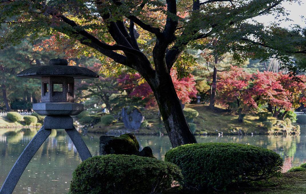 Beautiful traditional Kenrokuen Landscape Garden with Autumn colors in Kanazawa, Japan, 1280x810px