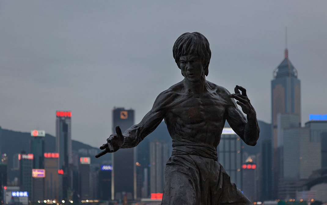 Bruce Lee statue and illuminated Hongkong skyline, Kowloon, China, 1280x802px
