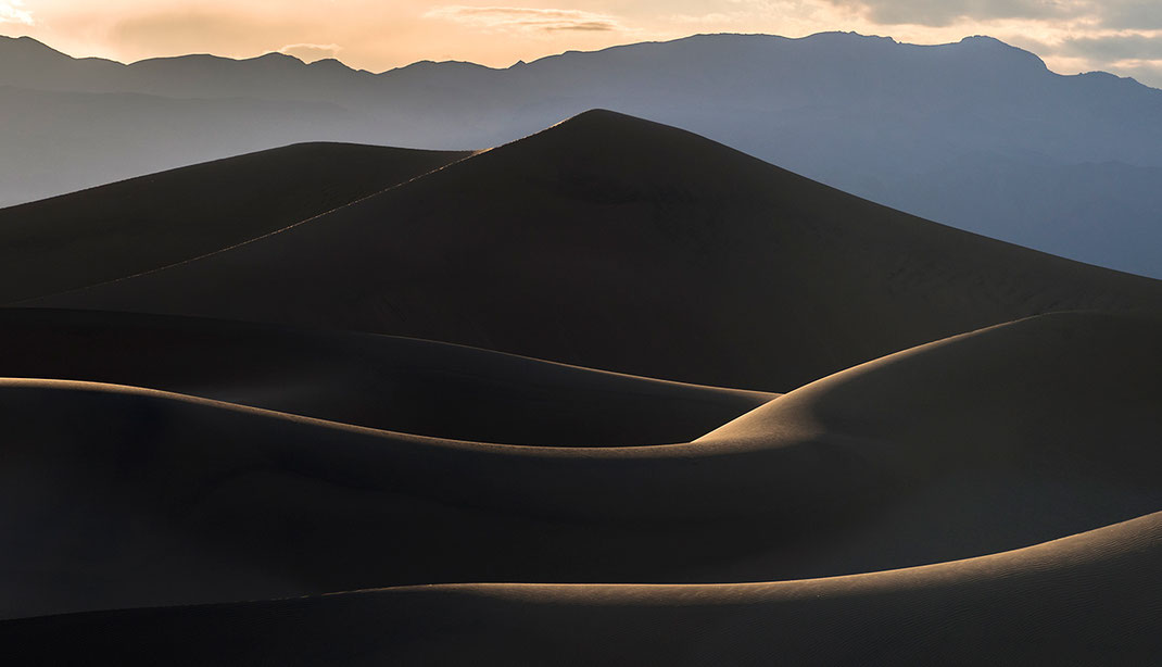 Organic looking layers of sand dunes, Stovepipe Wells, Death Valley National Park, California USA, 1280x734px