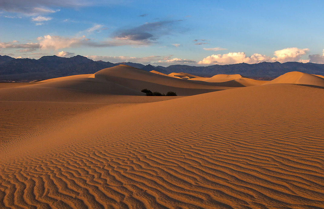 Beautiful sunset light in the sand dunes, Stovepipe Wells, Death Valley National Park, California USA, 1280x826px