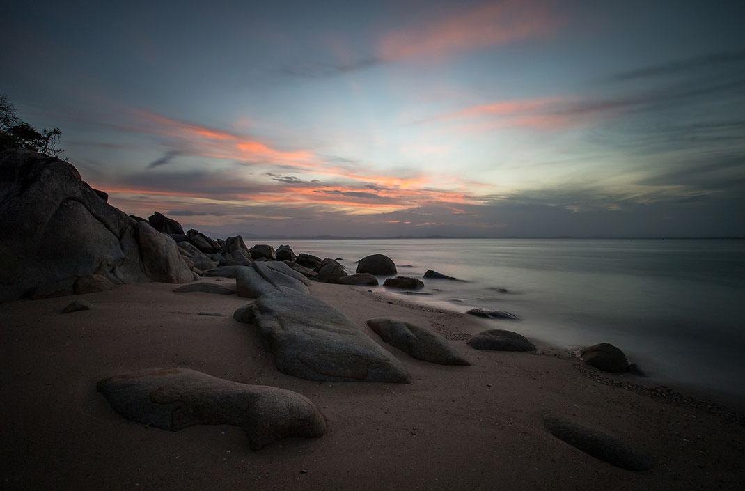 Rocky beach at sunset in Queensland at sunset with long exposure, Australia, 1280x843px