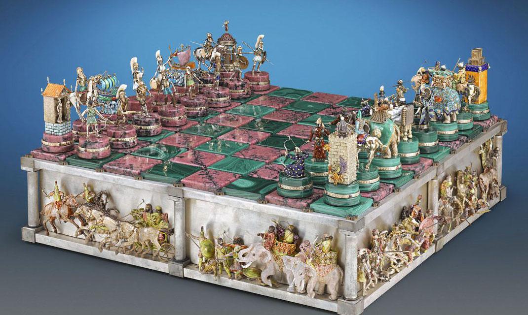 Il a fallu dix ans et 14000 heures de travail d'orfèvre pour créer cet incroyable échiquier, le Battle of Issus. Prix... 1,65 million de dollars ! Il n'est pas dans ma collection !!