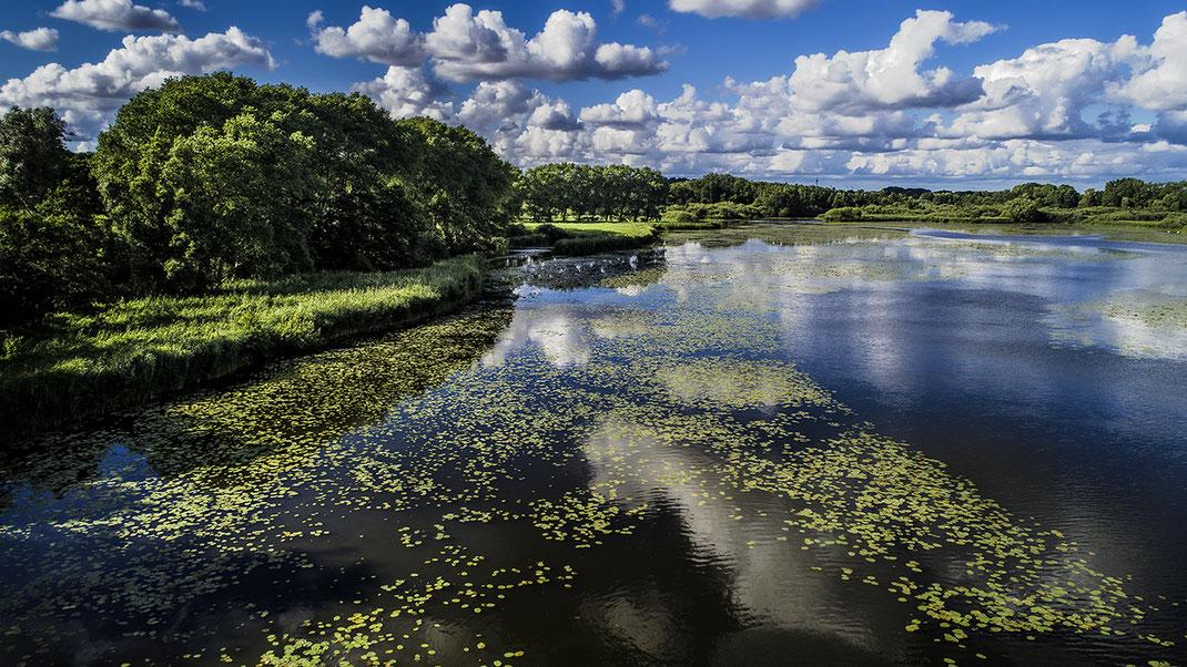 Foto vom Naturschutzgebiet oberer Herrenteich in Reinfeld, Stormarn mit Wolkenhimmel von Jürgen Müller