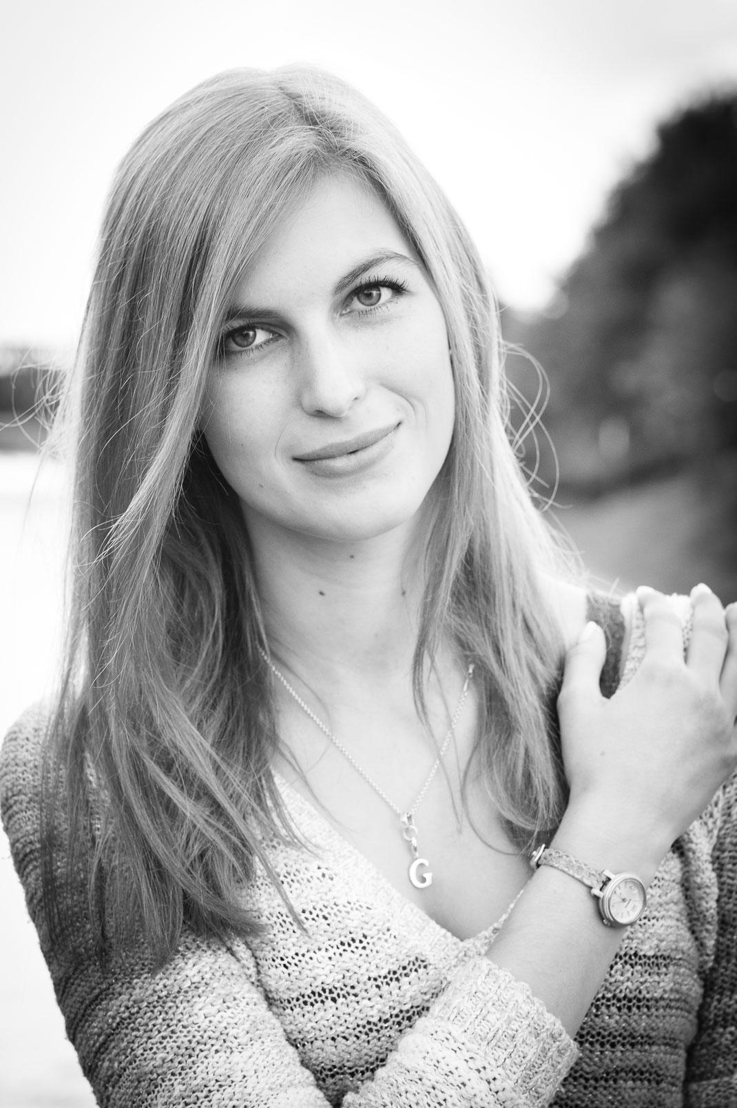 Junge Frau am Rhein Herne Kanal Oberhausen Portrait