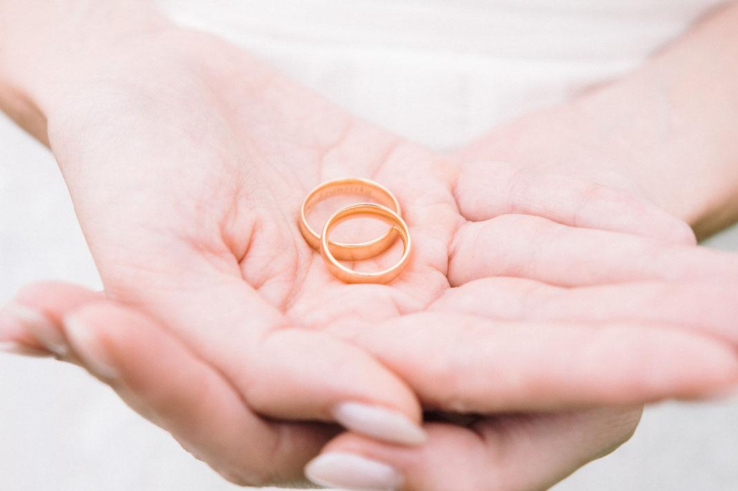 Eheringe in der Hand der Braut