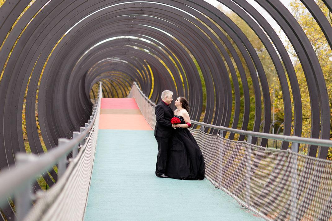 Hochzeit in scharzen Brautkleid, Oberhausen. Slinky springs to fame