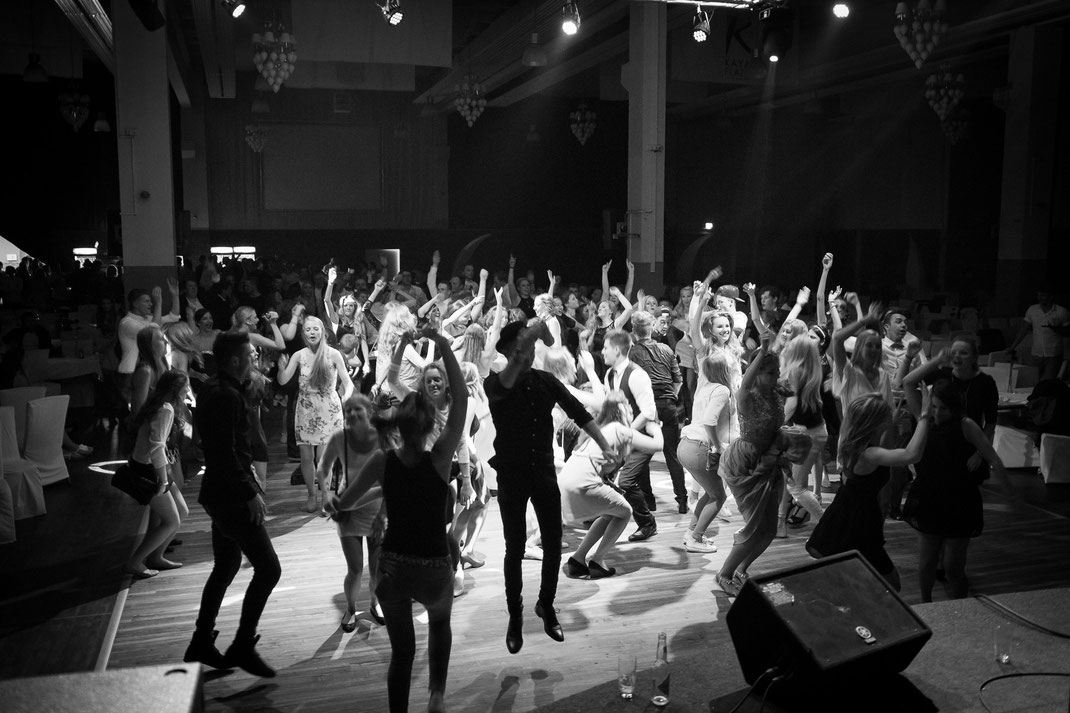 Abiball tanzende Menschen