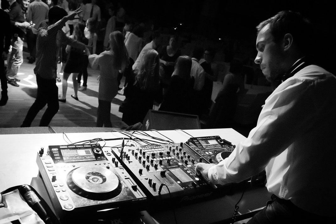 Abiball DJ tanzende Menschen