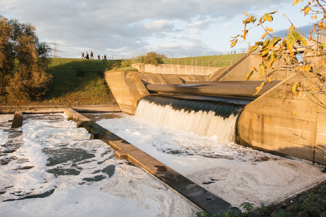 Mündungsbauwerk der Emscher. Emschermündung in den Rhein bei Dinslakenund Angler. Herbst.